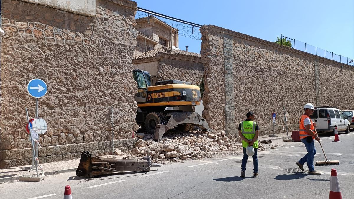 Operarios derriban uno de los muros de la Cárcel Vieja de San Antón