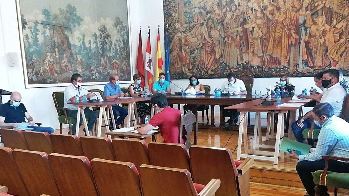 Los concejales del Ayuntamiento debaten uno de los asuntos planteados en el último pleno.