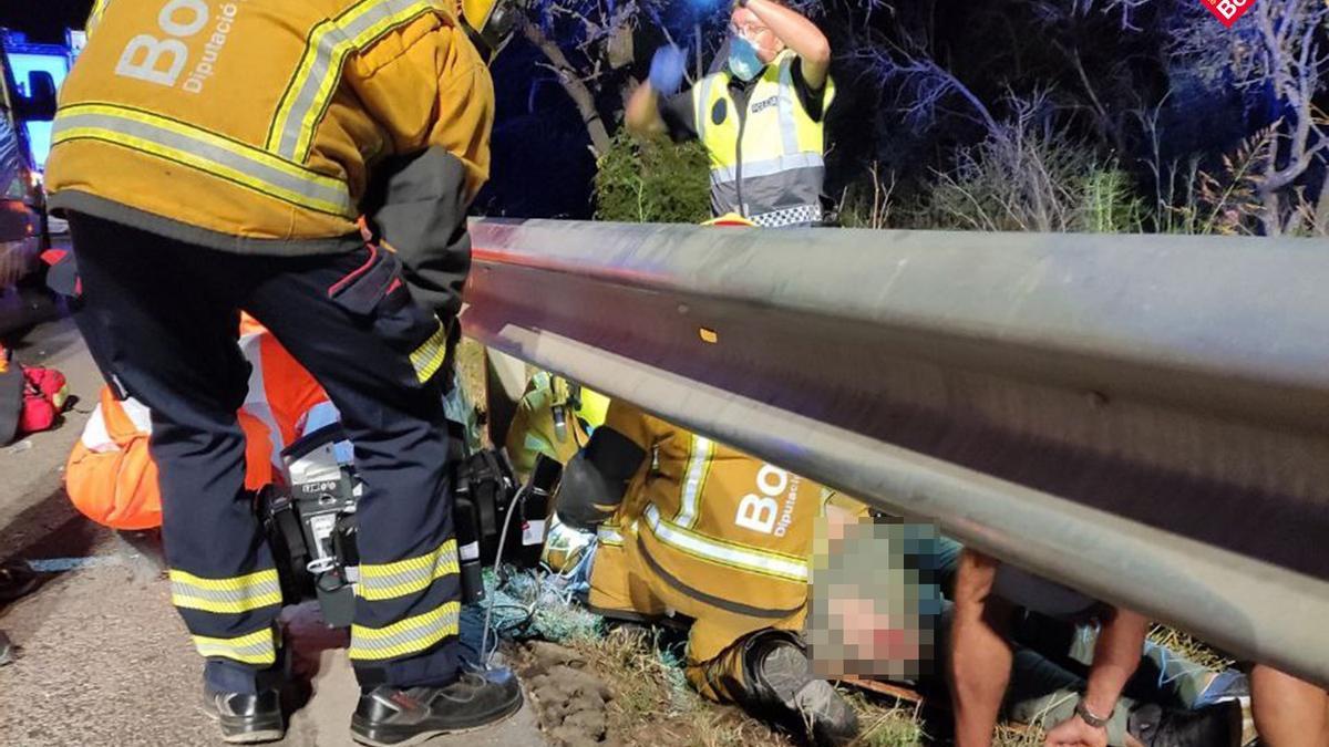 Los bomberos y la policía local intervinieron para sacar al herido de detrás del guardarraíl