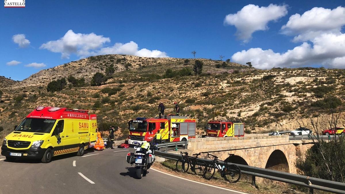 Archivo - Efectivos de bomberos rescatan a un ciclista en Altura (Castellón), en una imagen de archivo
