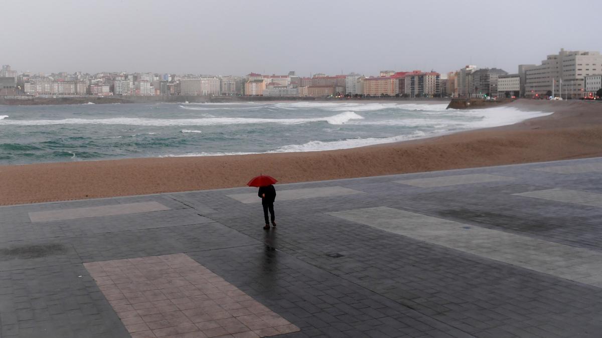 Oleaje en A Coruña durante un día lluvioso. / Carlos Pardellas