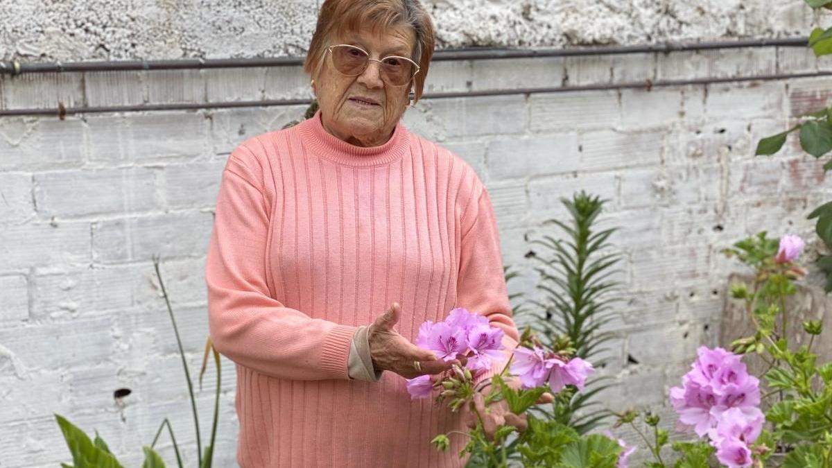 Dolors Coch en el seu jardí