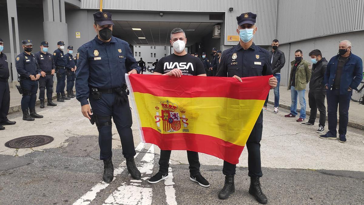 Ángel Hernández, en el centro, con la bandera que le regalaron sus compañeros en su despedida.