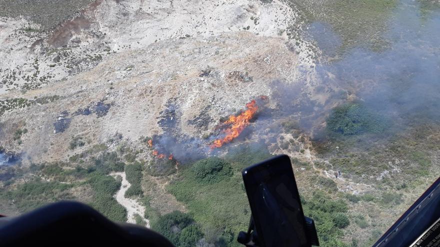 El fuego en Cañete La Real obliga a multiplicar los medios para combatirlo