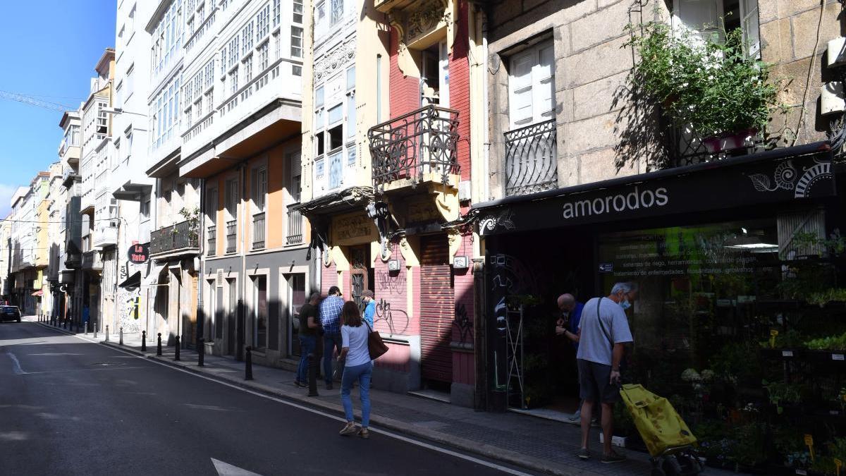 Calle con locales en A Coruña
