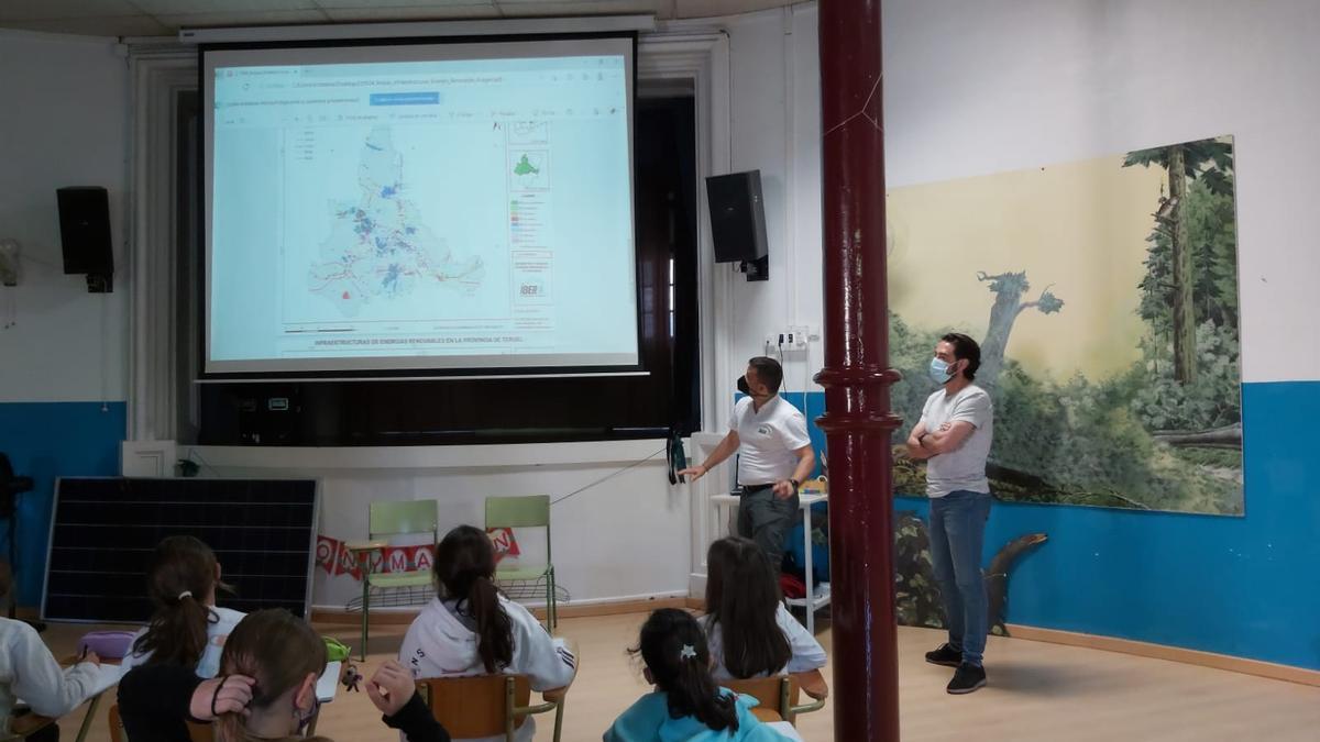 Charla de los trabajadores de Vestas e Ibersyd en el CEIP Gastón y Marín de Zaragoza.