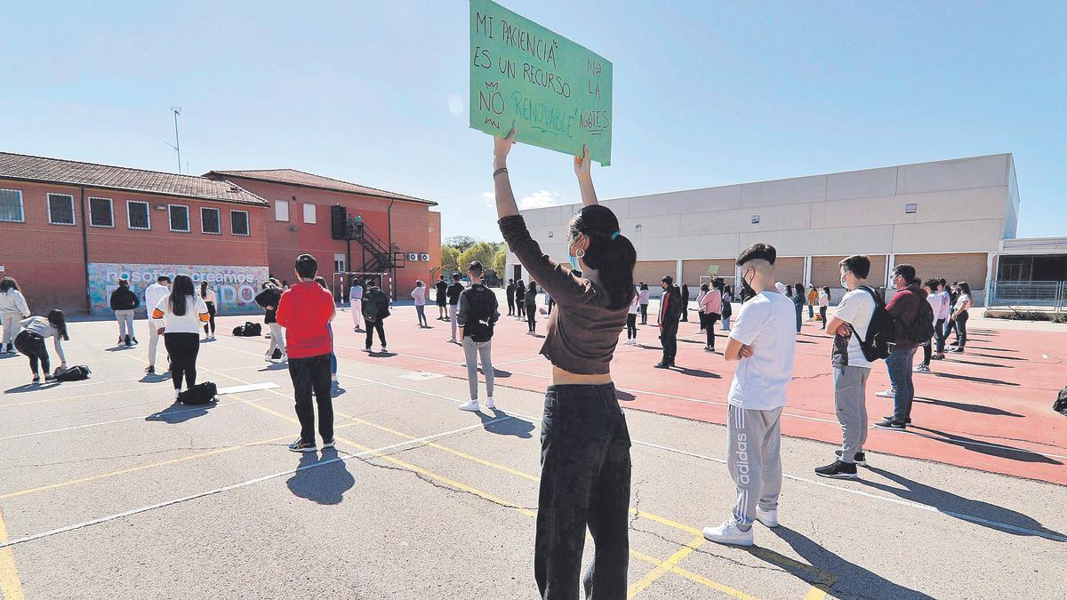 Estudiantes del IES Alquibla de  Murcia, ayer durante su protesta  en el centro.  juan carlos caval
