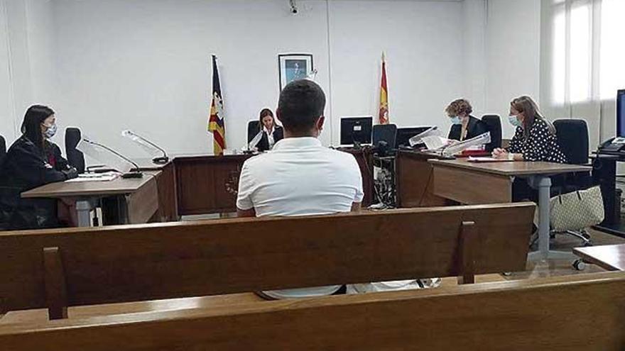Acepta dos años por atracar a  un hombre y robarle 2.000 euros