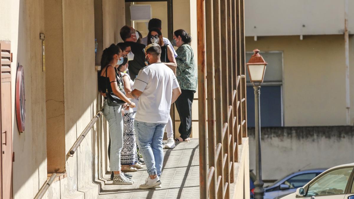 Jóvenes aguardan a realizarse una prueba en el cribado masivo del PAC del Virgen de la Montaña.