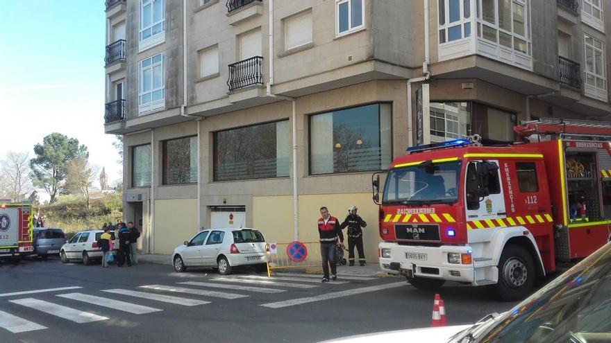 Evacúan un edificio de A Estrada por un incendio provocado por una sartén olvidada al fuego