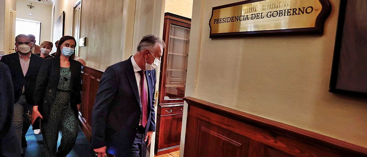 Torres entra en su despacho del Parlamento seguido de los portavoces y varios diputados del PSOE para preparar la estrategia en la votación de RTVC.     LP/DLP