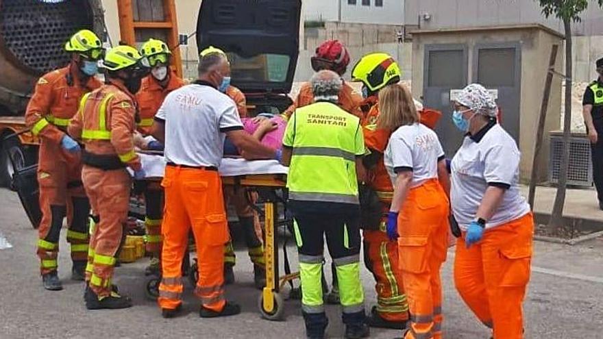 Liberan a una mujer atrapada tras chocar con un camión en Ontinyent