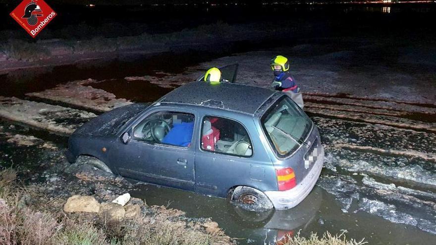 Un coche acaba en una balsa de las salinas de Santa Pola