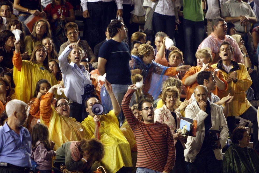 Corte 2008.... pero el acto se suspendió por amenaza de lluvia. Los asistentes protestan airadamente... media hora antes de caer el diluvio universal.