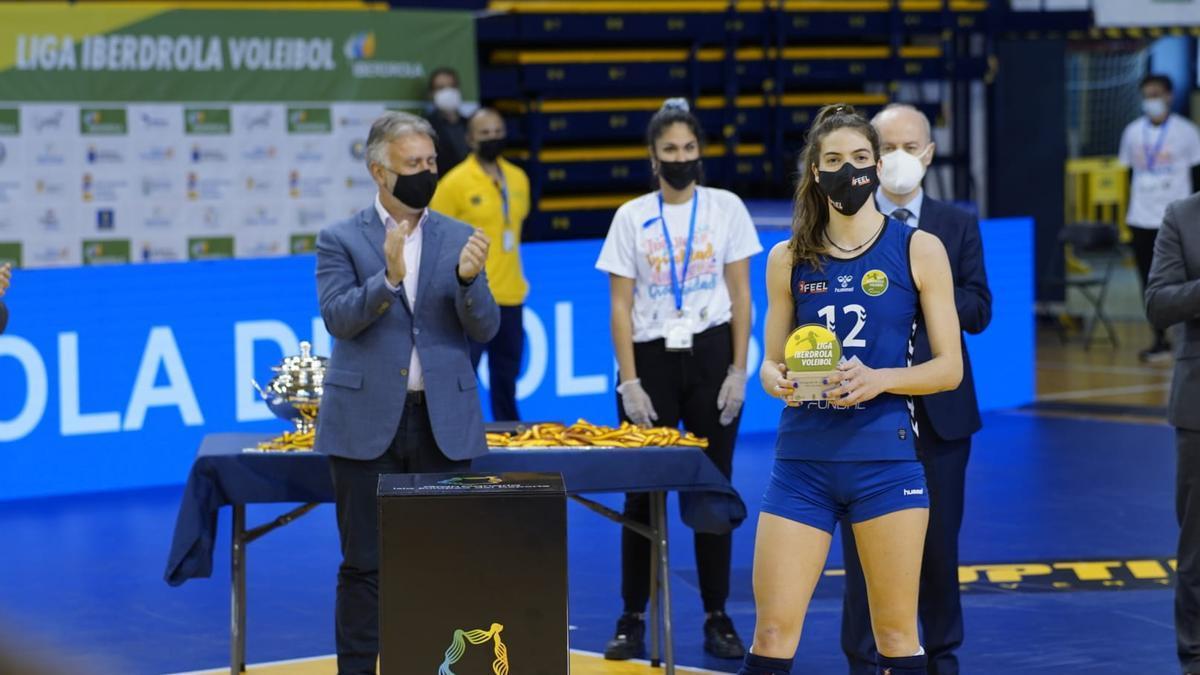 Del Burgo, con el trofeo que la acredita MVP del torneo. / RFEVB