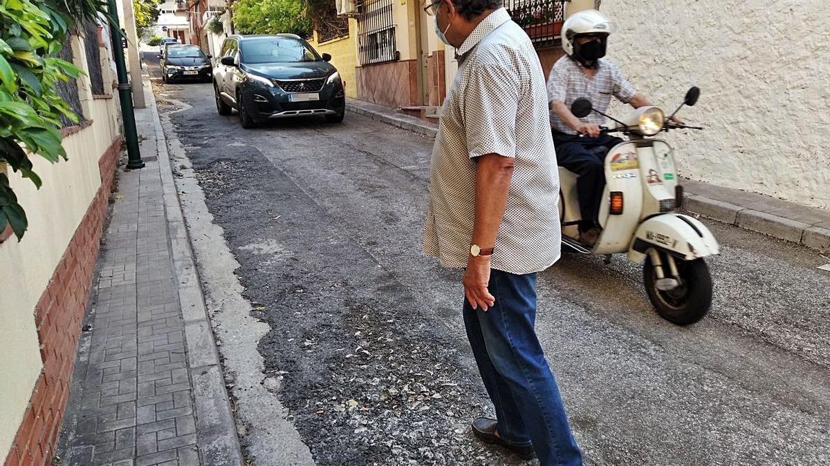 José Olivero, ayer en la deteriorada Travesía de Marcos Zapata, que se ha convertido en desvío por las obras en Luis Taboada y se ha acrecentado el tráfico