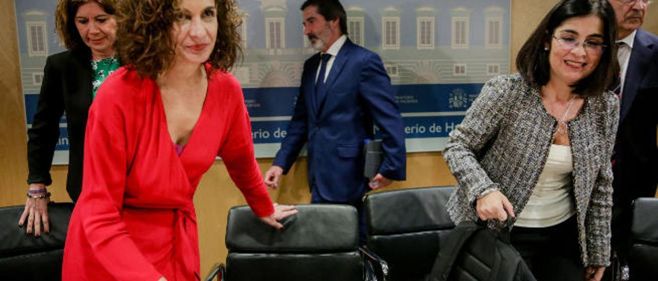 La ministra de Hacienda, María Jesús Montero, y la de Política Territorial, Carolina Darias, a su llegada al CPFF; detrás el secretario de Estado, Francisco Hernández Spínola.