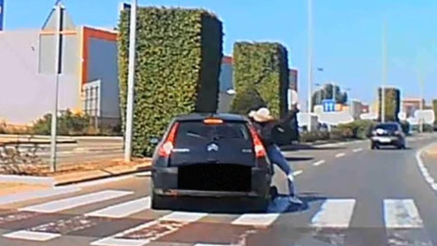 VÍDEO | Susto al arrollar un coche a una chica en patinete en Castelló