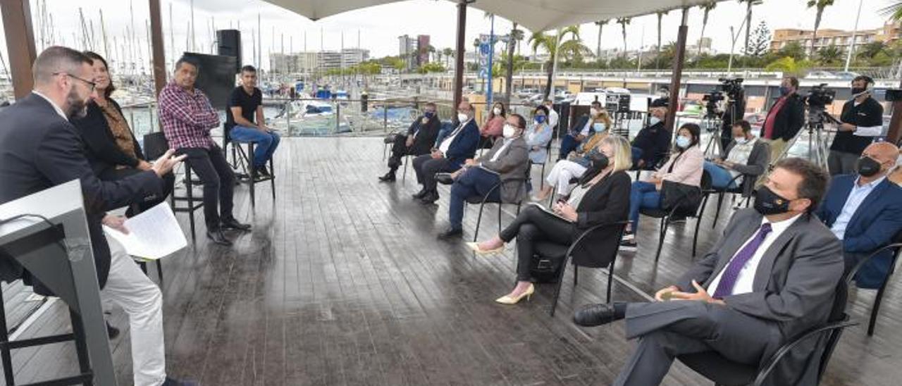Lauder, Marrero, Santana, Gañán e Ibarra, en primera fila, asisten a la presentación del informe sobre necesidades formativas en economía azul, ayer  | | ANDRÉS CRUZ