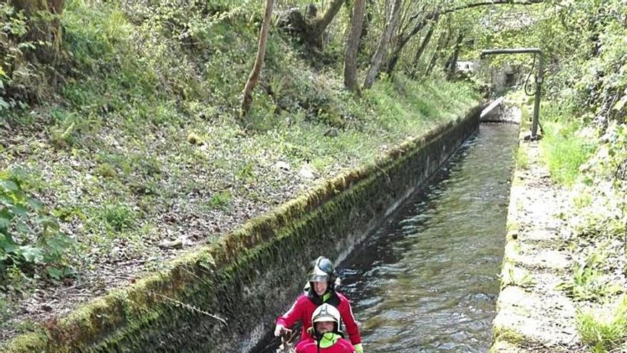 """Cazadores de Laviana piden tapar un canal al que cae """"una docena de animales al año"""""""