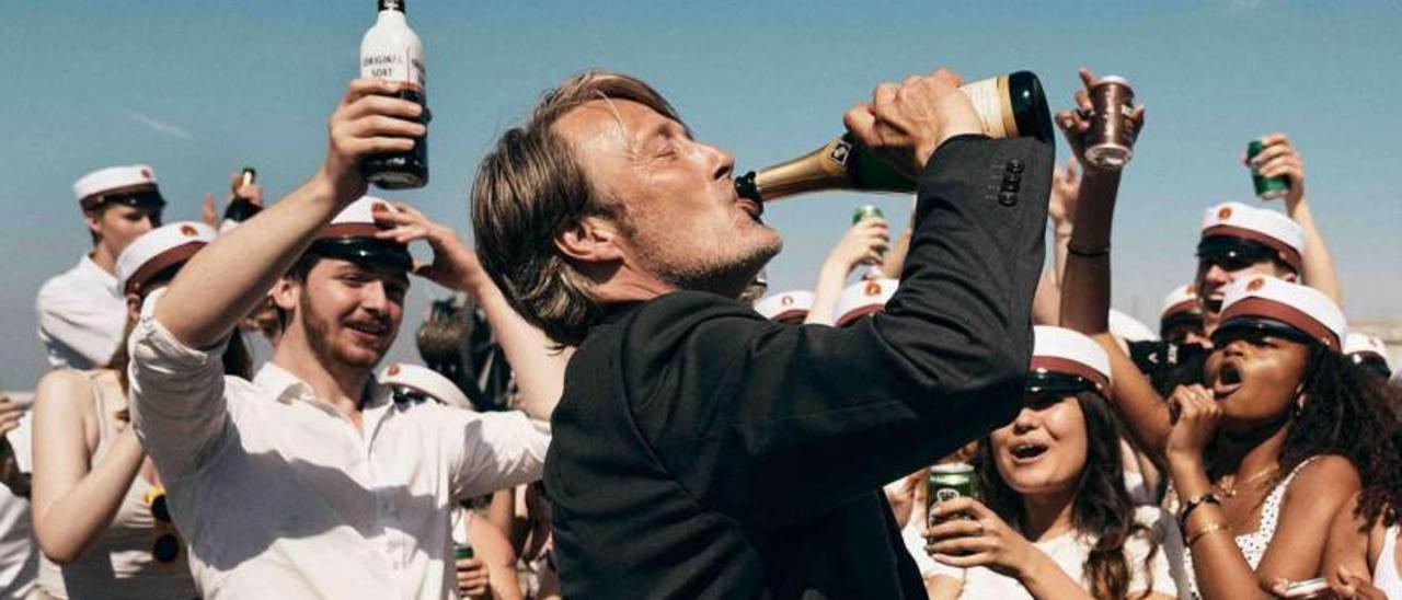 Mads Mikkelsen empinando el codo.