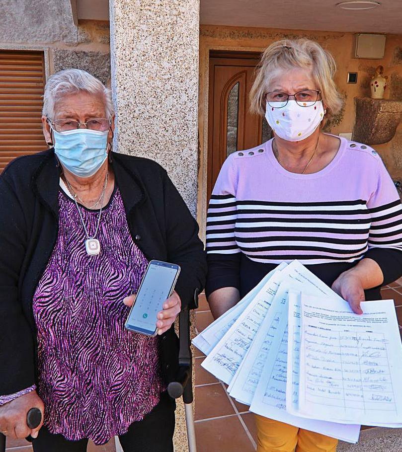 María Teresa y su madre, con algunas de las firmas recogidas.  // ANXO GUTIÉRREZ
