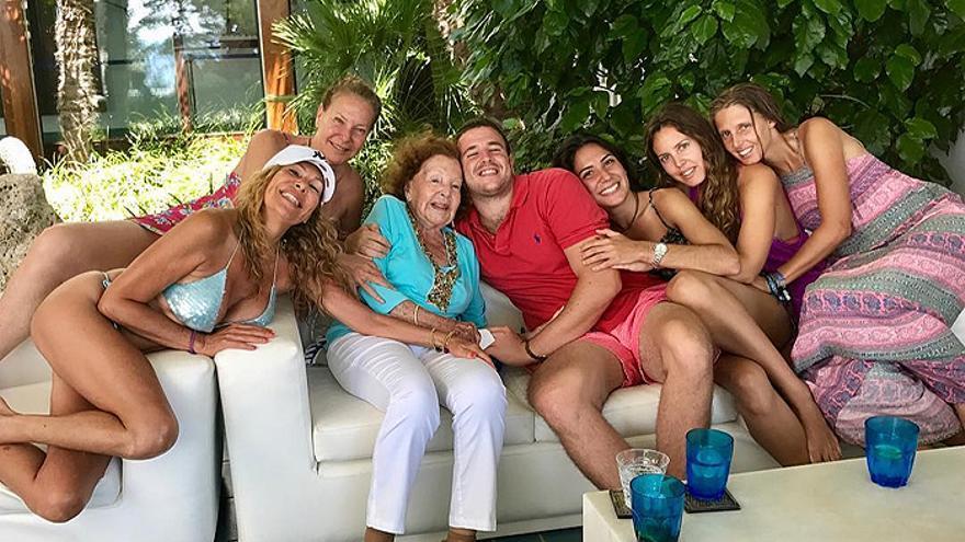 La madre de Ana Obregón, el alma de la casa familiar en los veranos de Mallorca