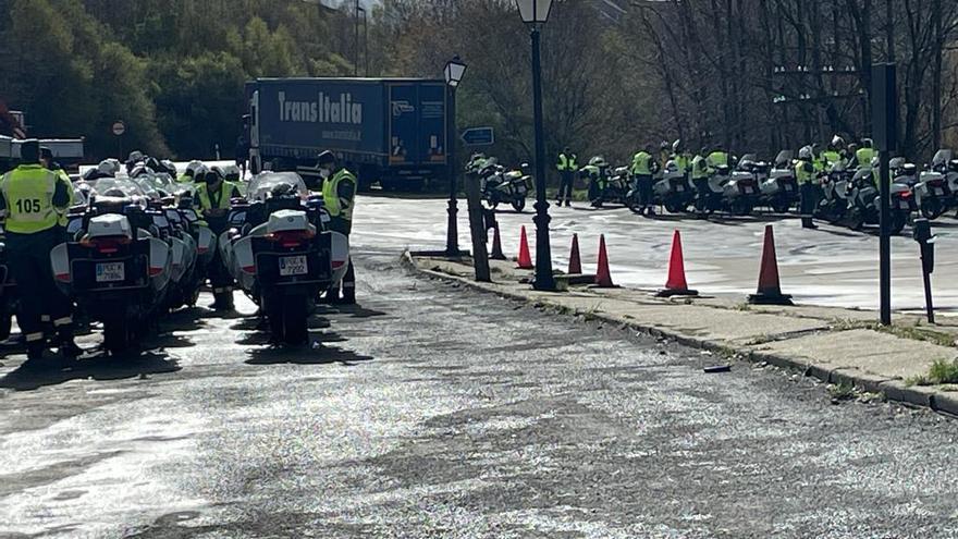 Motoristas de la Guardia Civil hacen un alto en el Padornelo