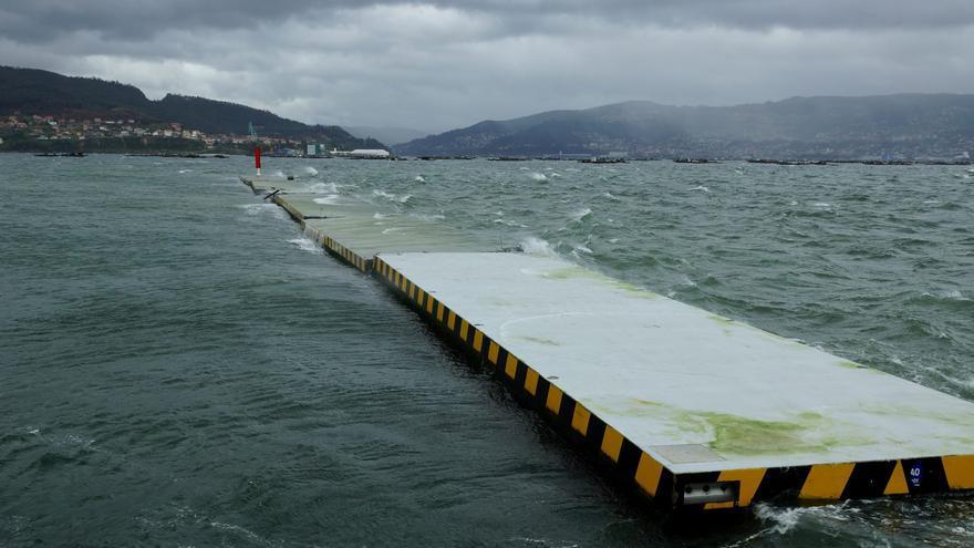 Vecinos de Moaña limpian el vertido de porexpán del dique flotante destrozado por 'Karim'