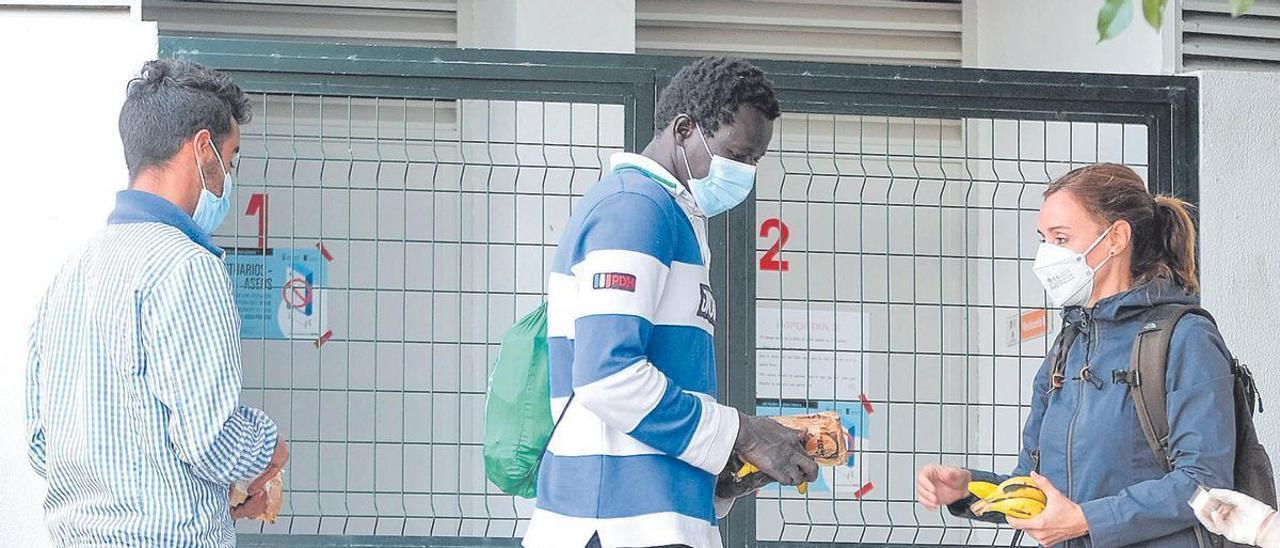 Reparto de comida a personas migrantes en las instalaciones de Alcaravaneras,.
