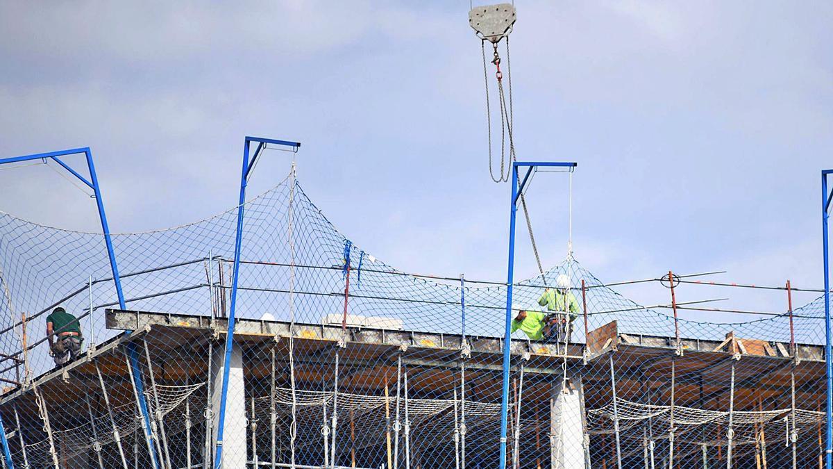 Trabajadores de la construcción en una obra de Murcia