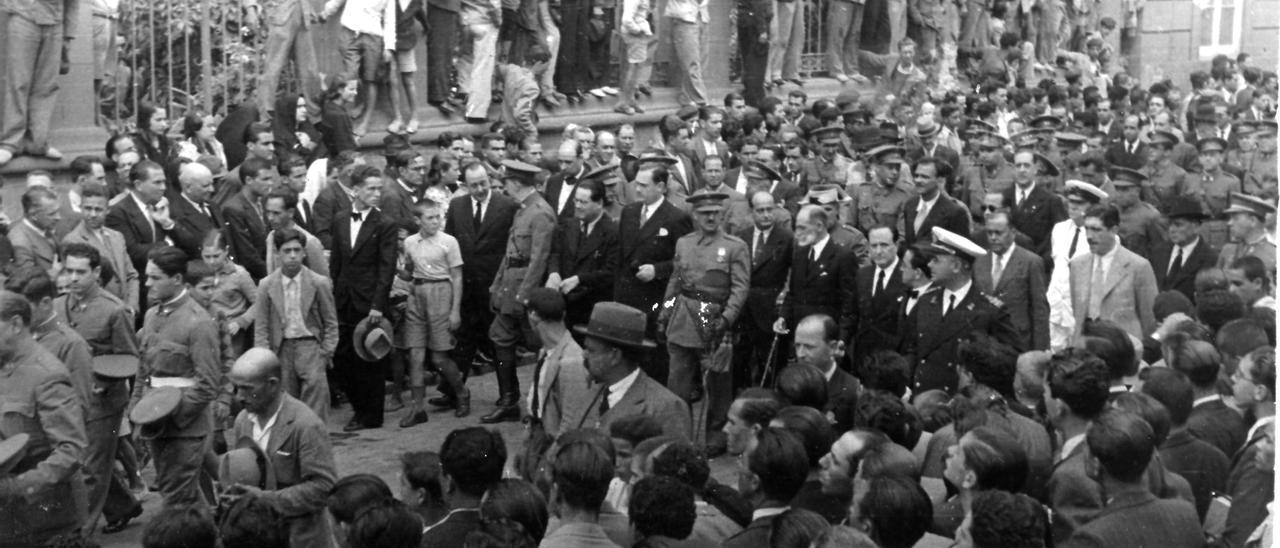 Franco asiste en Las Palmas al entierro del general Balmes.