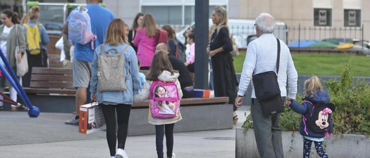 Una madre llevando a su hija al colegio