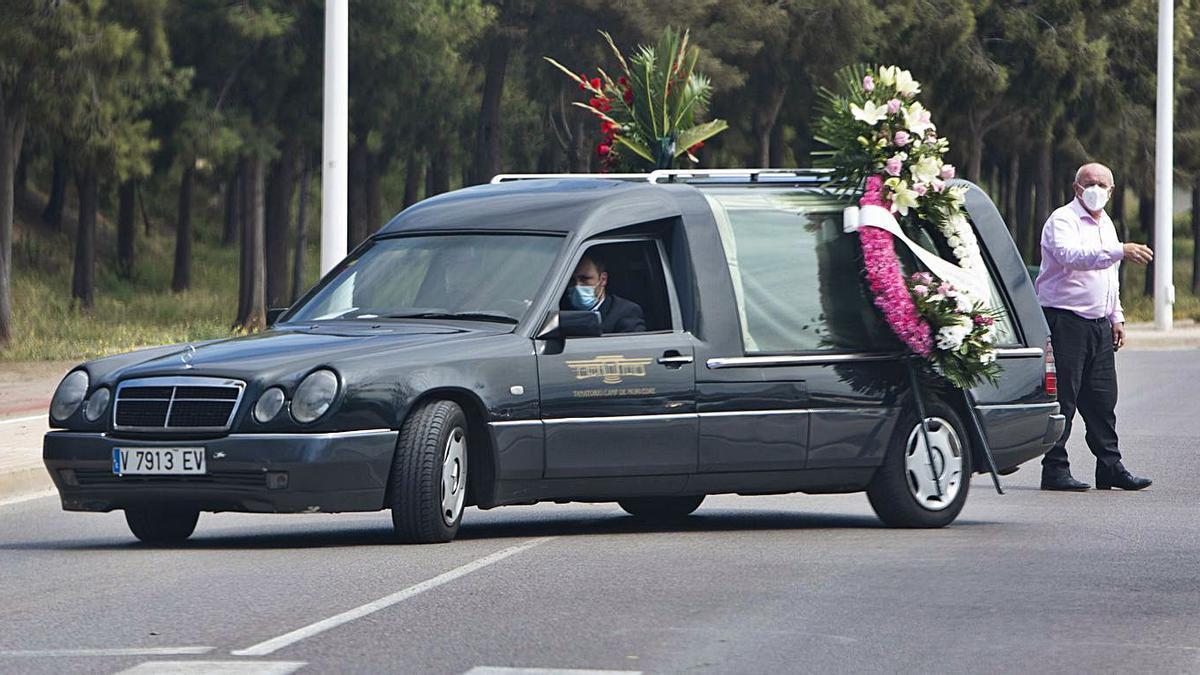 El coche fúnebre, ayer, en el Port de Sagunt.  | TORTAJADA