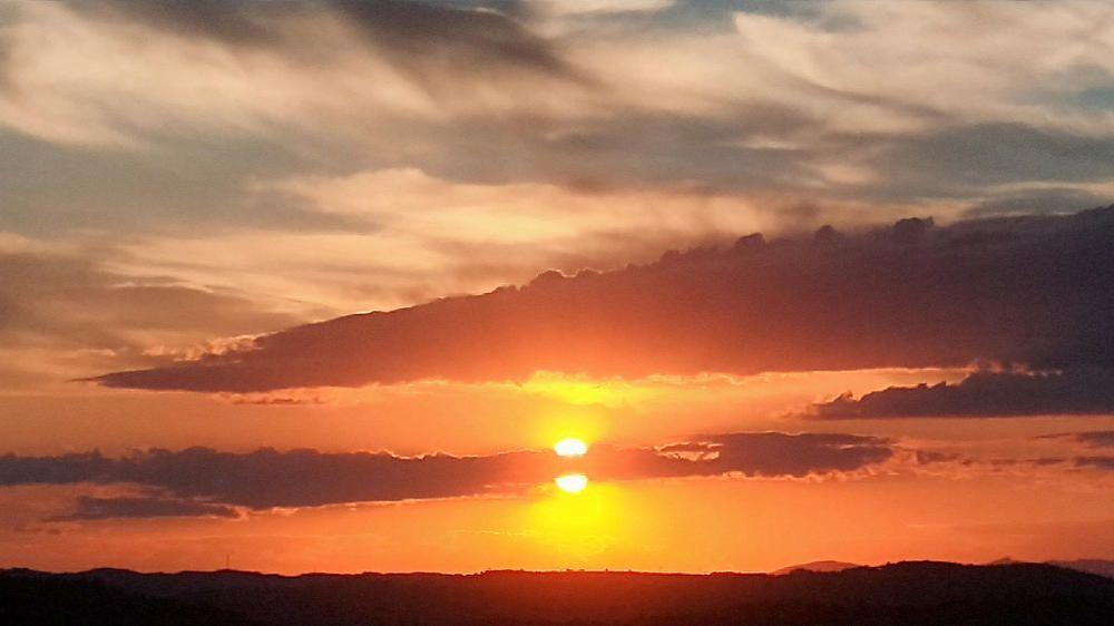 Crepuscle. Hi ha dies que la posta de sol té pocs ingredients per fer una fotografia que tingui vida pròpia. La de la imatge tenia els justos i va permetre captar el sol partit per la meitat per un núvol.