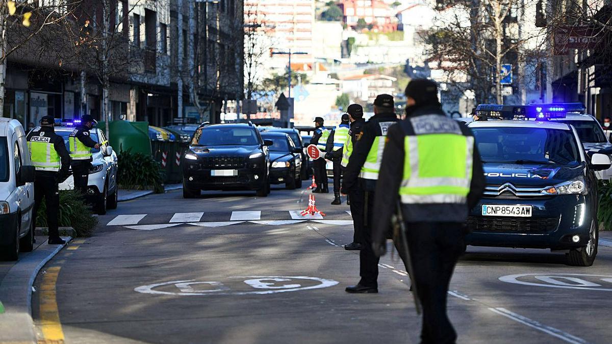 Uno de los dispositivos más llamativos fue el de la Policía Local y Nacional en Paseo de Colón.   | // G. S.