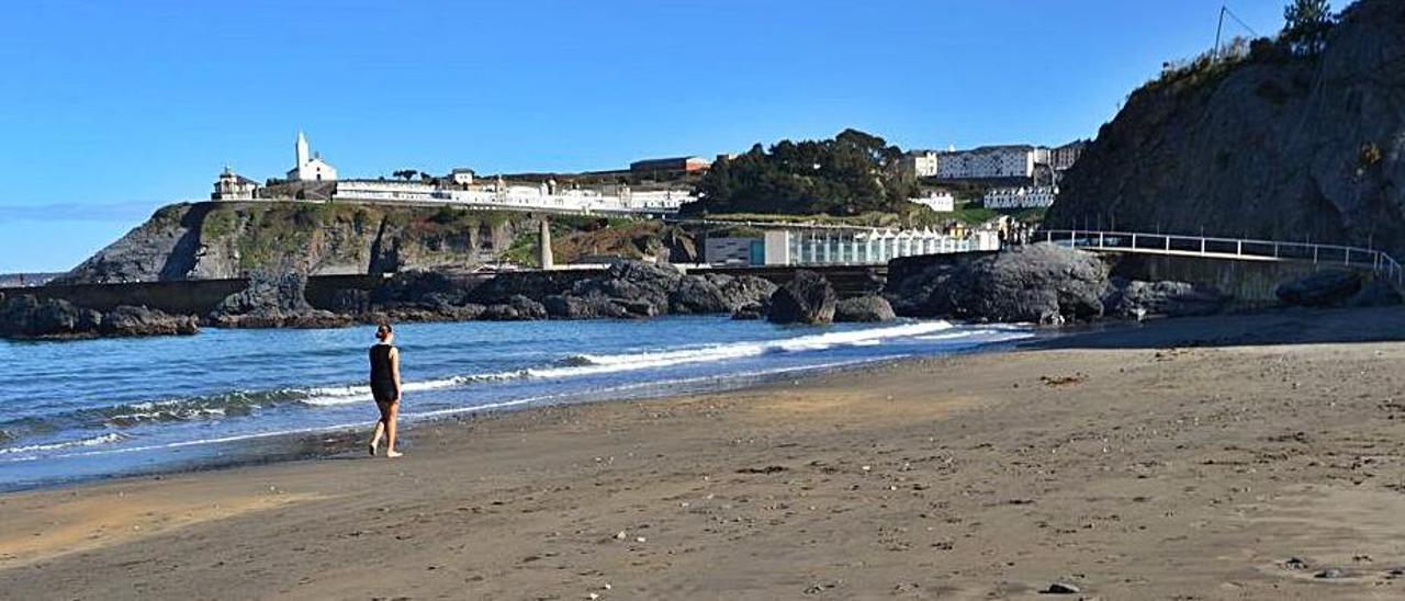 Una bañista pasea por la playa Salinas de Luarca, ayer. | A. M. Serrano