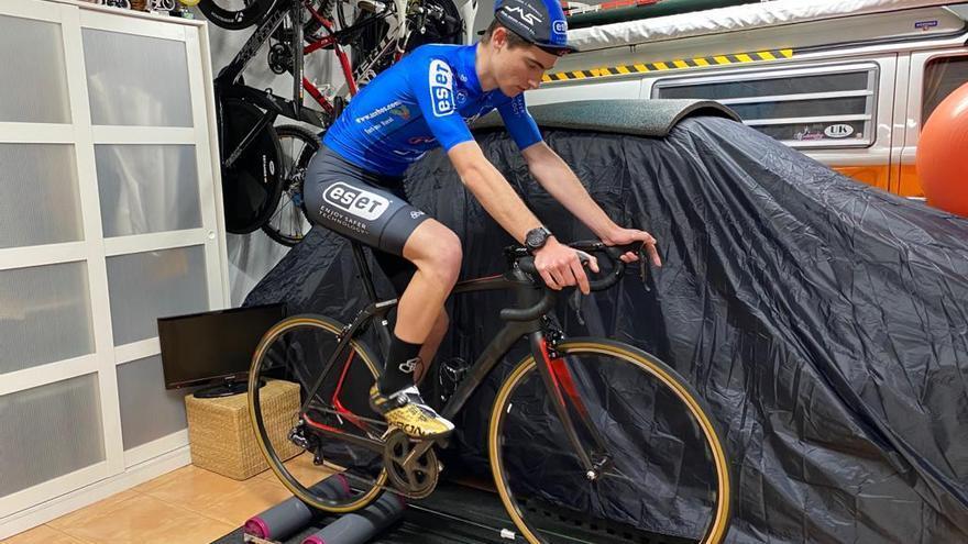 Cuatro ciclistas semiprofesionales de la Vall siguen su preparación confinados