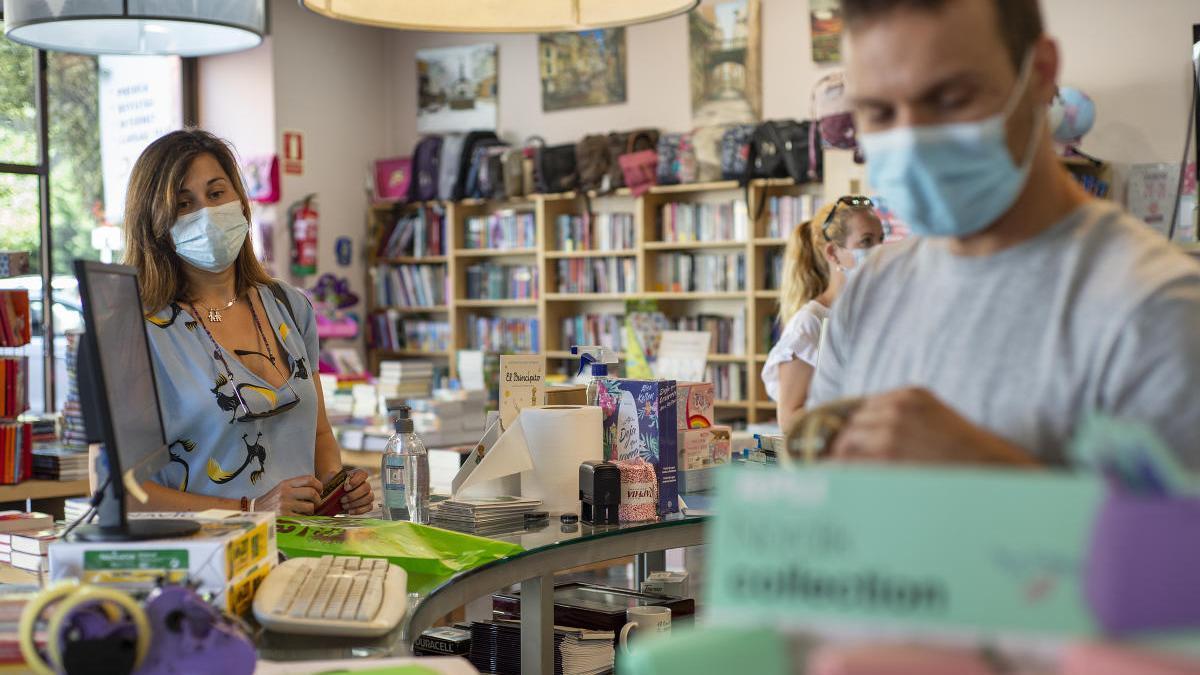 Una clienta con mascarilla en una librería de Ourense. // C. Peteiro
