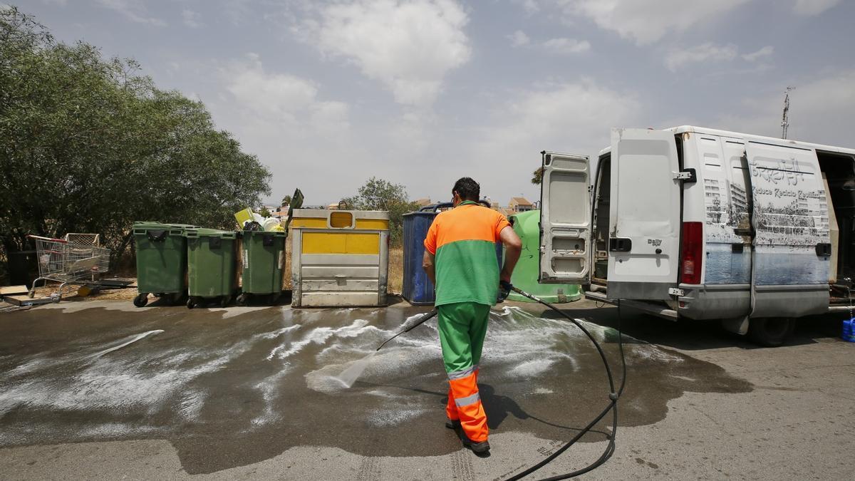 Imagen del servicio de limpieza de Torrevieja que realiza sin contrato Acciona.