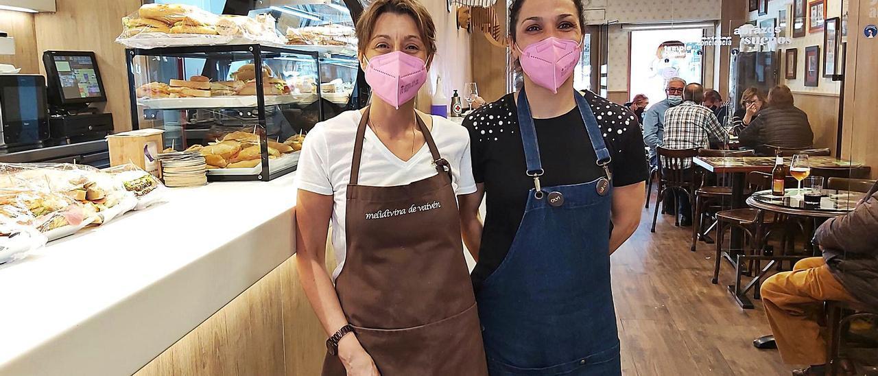 Por la izquierda, Amelia Paz y Olvido Nicolás, en el Café Vaivén de Sama. | E. P.