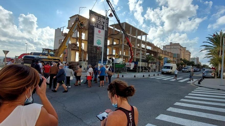 Una pala empieza a derribar el hotel ilicitano de Arenales tras cuatro décadas cerrado