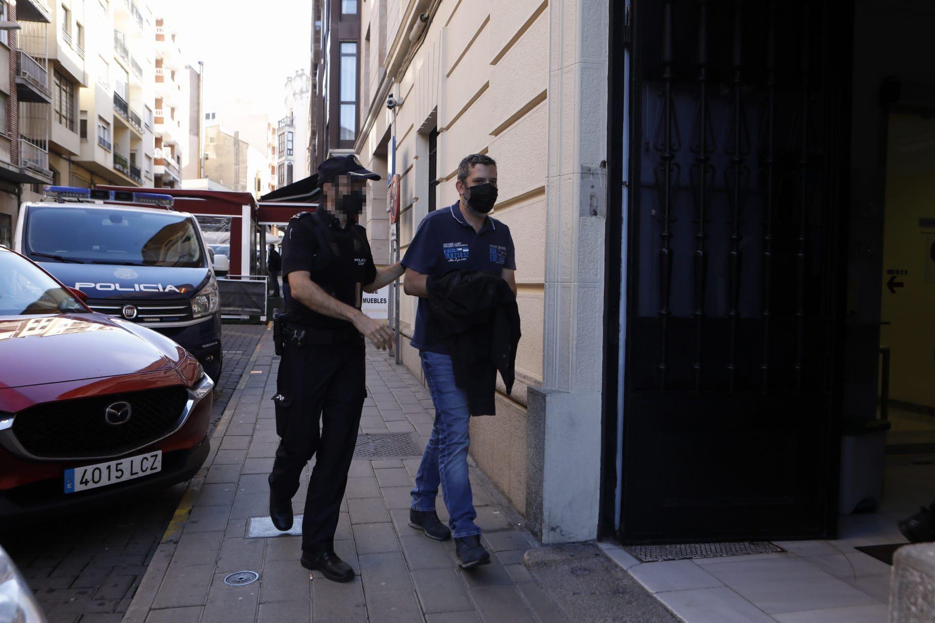 Uno de los técnicos detenidos, P. A., entra a los juzgados de Zamora para tomar declaración.