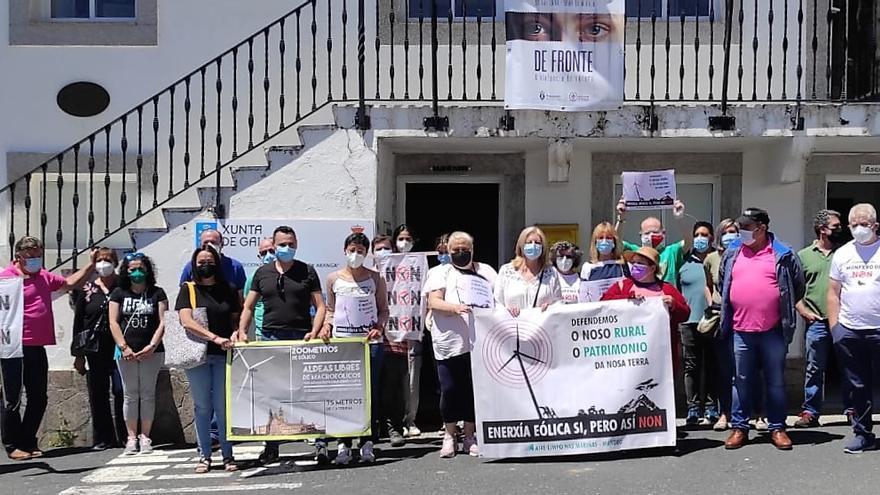 Protesta vecinal contra los proyectos eólicos tras finalizar el pleno en Aranga