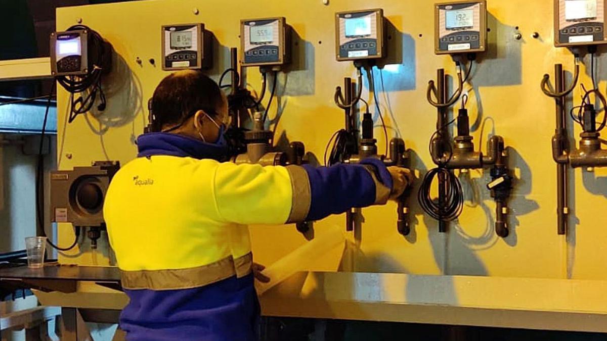 Un técnico, ayer, supervisando el proceso para desalar agua en la planta de Mutxamel.