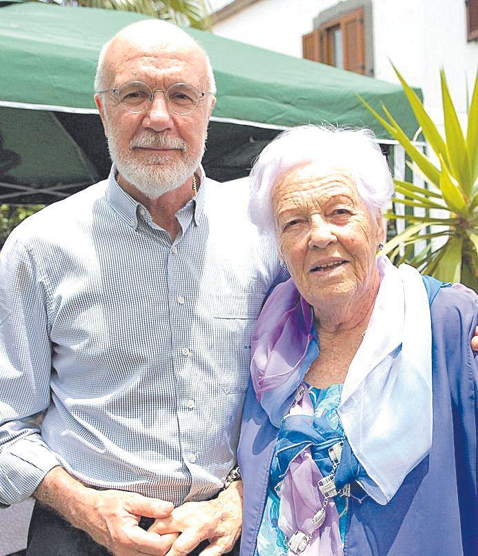 En 2012 con su madre en Canarias.