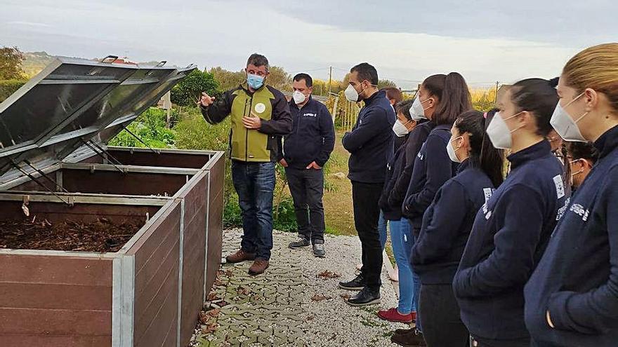 Los alumnos de Hostelería de A Lanzada conocen el compostero del Culler de Pau