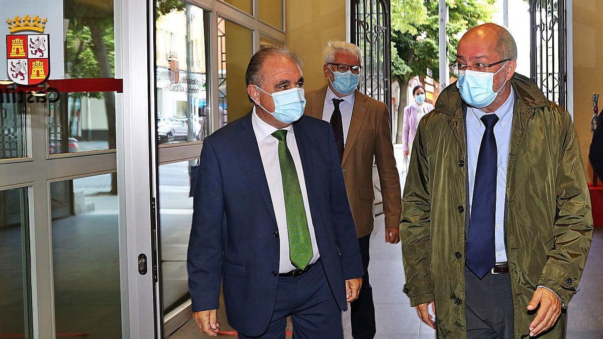 El vicepresidente de la Junta, Francisco Igea, derecha, ayer con el director general de Transparencia, Joaquín Messeguer. | Ical