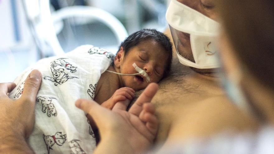 Son Llàtzer da mascarillas a los padres para reforzar el vínculo con sus bebés recién nacidos
