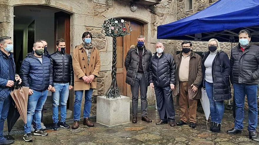 Cándido Pazos estrena escultura sobre la camelia y el Camino